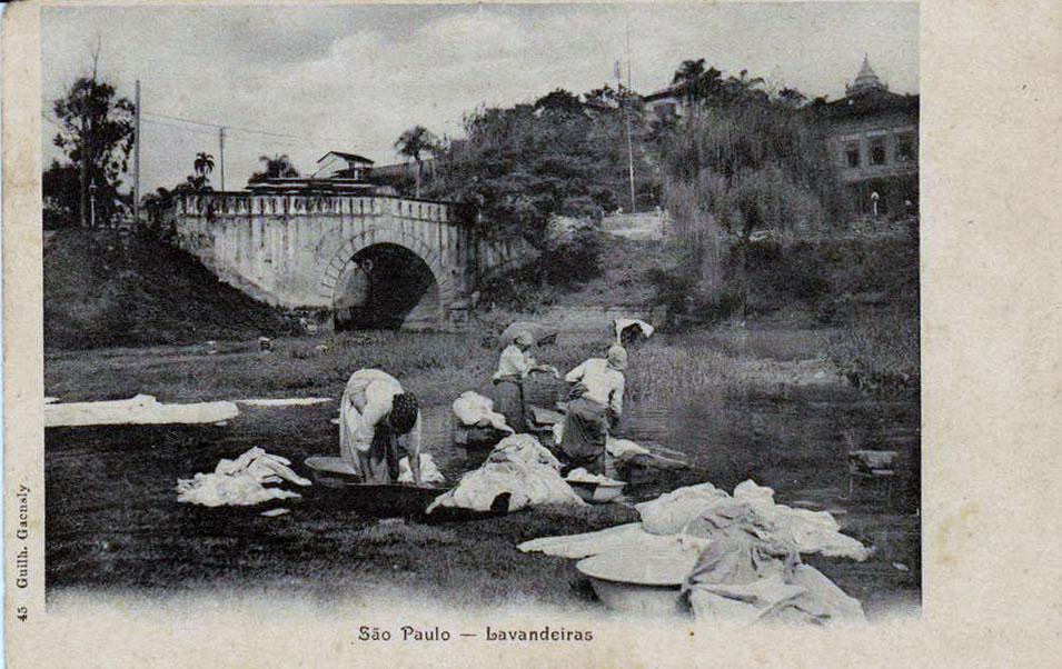 1900-lavadeiras-no-rio-tamanduatec3ad-ponte-do-carmo-gaensly-delcampe